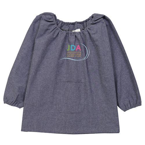 Tablier d'école pour maternelle brodé au logo de l'école, coloris bleu jean. Modèle Pomme.
