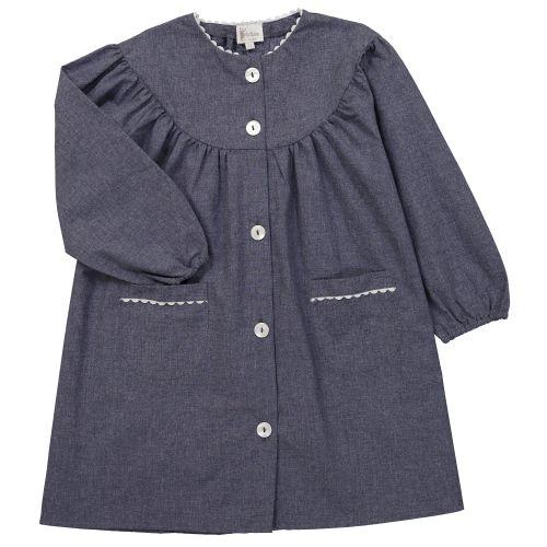 Tablier d'école fille brodé au prénom de l'enfant , coloris bleu jean,col rond. La broderie sera réalisée en blanc.
