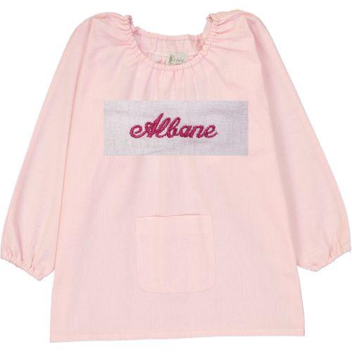 Blouse d'école pour fille taille 4 ans, coloris rose. Broderie anglaise couleur rouge au nom de